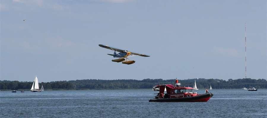 Pokazy akrobacji lotniczych nad jeziorem Niegocin