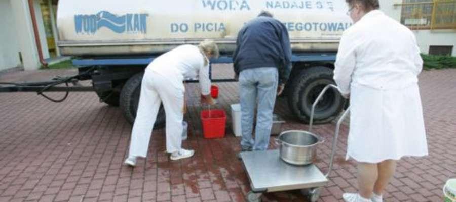 Gmina podstawiła beczkowozy i zgrzewki z wodą mineralną dla mieszkańców Barczewa. Zdjęcie jest ilustracją do tekstu.