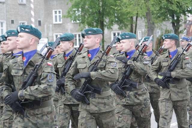 Brak chętnych do służby w wojsku, a żołnierze uciekają do cywila? - full image