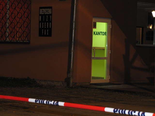 Na miejscu do późnych godzin nocnych pracowali policjanci, prokuratorzy, funkcjonariusze z laboratorium kryminalistycznego w Olsztynie oraz biegły lekarz sądowy - full image