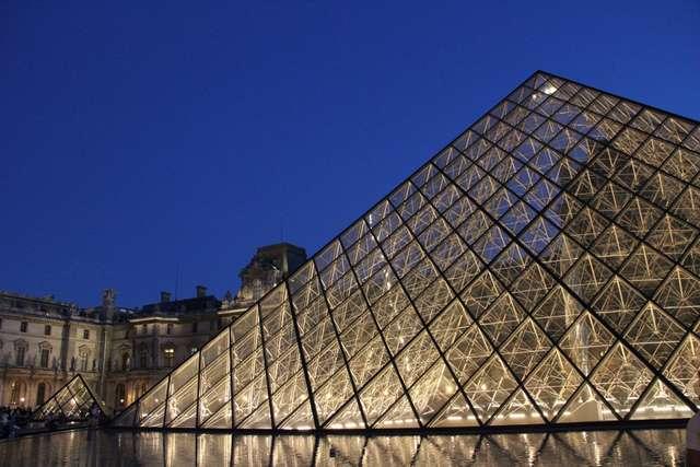 Wejście do muzeum prowadzi przez słynną Piramidę Luwru - full image
