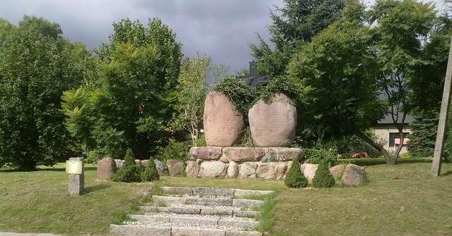 Pomnik poległych mieszkańców w Rogóżu koło Lidzbarka Warmińskiego  - full image