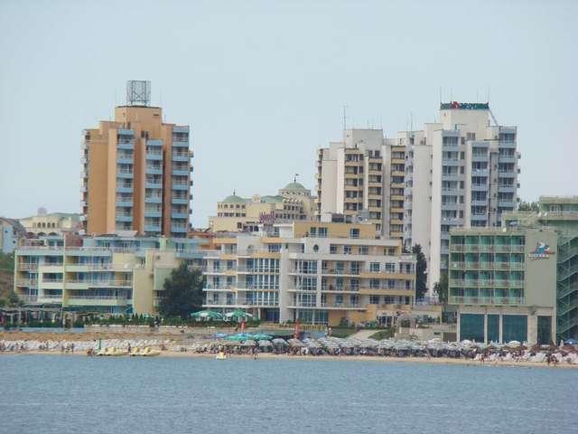 Plaża miejska widziana od strony morza - full image