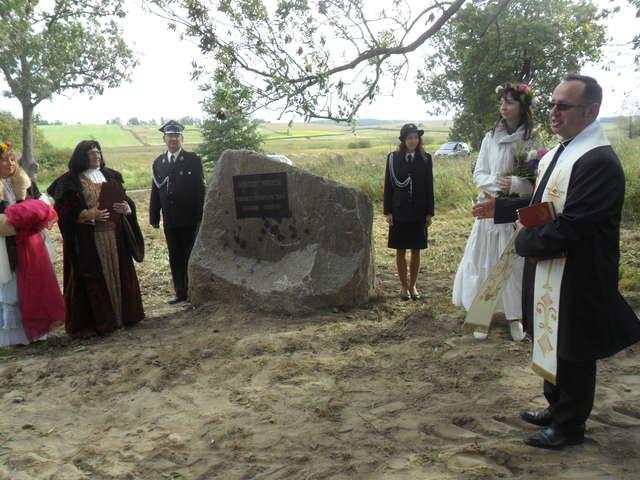 Pierwszy głaz pamiątkowy na Gościńcu Niborskim - full image