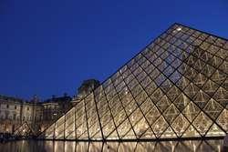 Wejście do muzeum prowadzi przez słynną Piramidę Luwru
