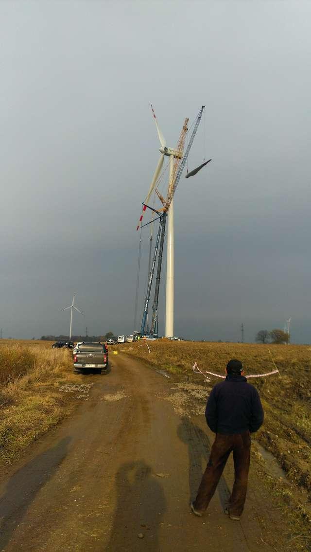 Od wiatraka odpadło śmigło, upadło w pobliżu drogi - full image