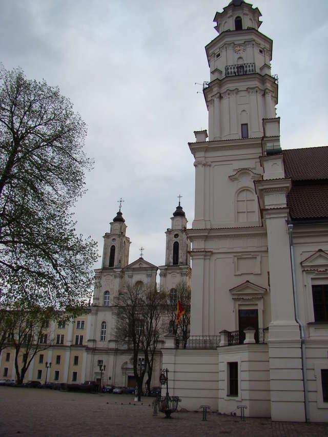 Ratusz w Kownie. Ze względu na wysoką, 53-metrową wieżę budynek bywa nazywany białym łabędziem  - full image