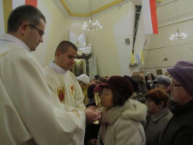 Po mszy wierni mogli ucałować relikwie bł. Jana Pawła II - full image