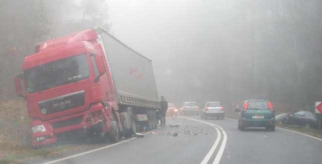 Wypadek na krajowej szesnastce. Dwa auta w rowie - full image