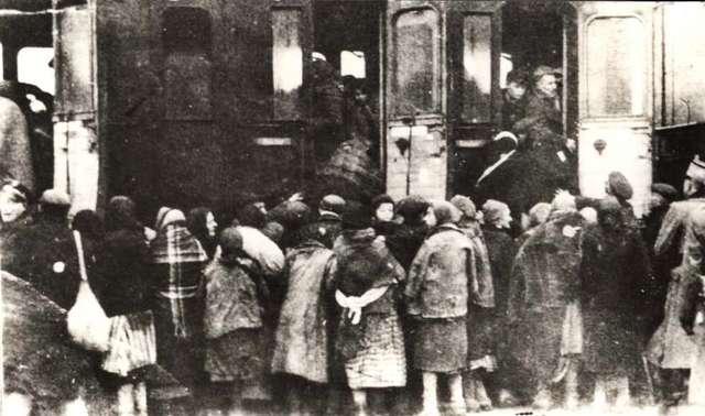 Na płońskim dworcu kolejowym hitlerowcy pakują do bydlęcych wagonów setki żydów wywiezionych do Auschwitz - likwidacja getta w roku 1942 - full image