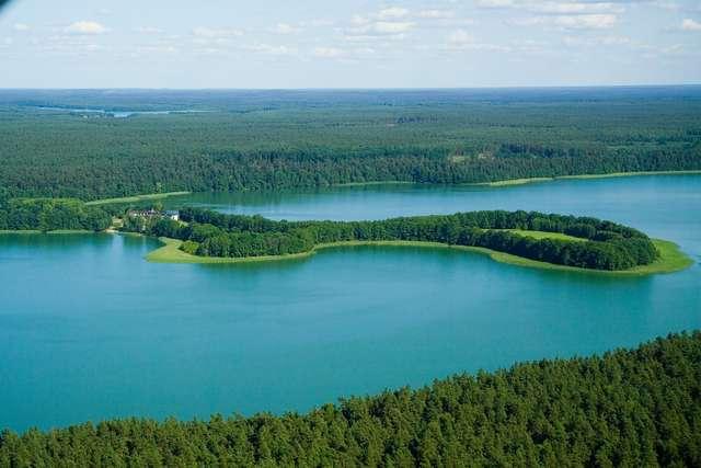 Ośrodek położony jest niezwykle malowniczo na półwyspie, wrzynającym się w jezioro Łańskie - full image
