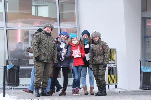 Wolontariusze 21. WOŚP na ulicy Warszawskiej w Giżycku - full image