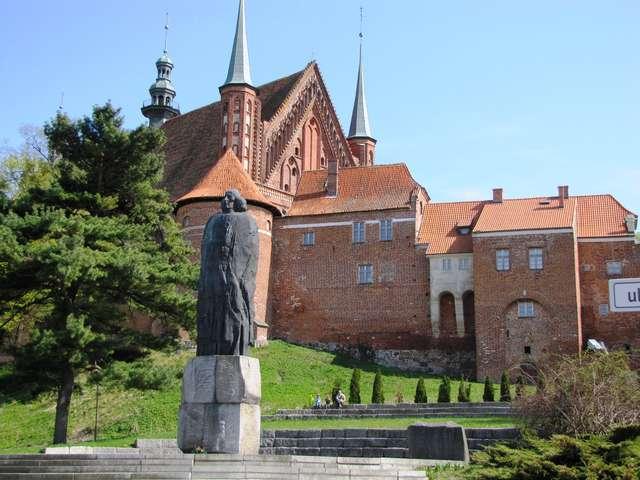 Katedra we Fromborku, na pierwszym planie pomnik Mikołaja Kopernika - full image