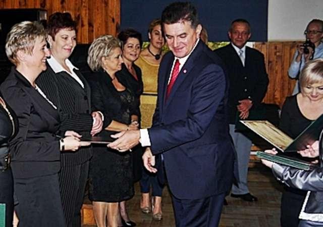 Na zdjęciu Joanna Szczepańska odbierająca z rąk burmistrza Płońska Andrzeja Pietrasika wyróżnienie na Dzień Nauczyciela - full image