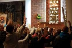 Wieczory Chwały gromadzą ludzi w różnym wieku - spragnionych doświadczenia obecności Boga