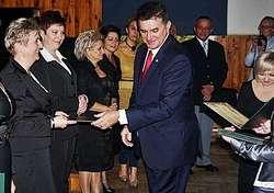 Na zdjęciu Joanna Szczepańska odbierająca z rąk burmistrza Płońska Andrzeja Pietrasika wyróżnienie na Dzień Nauczyciela