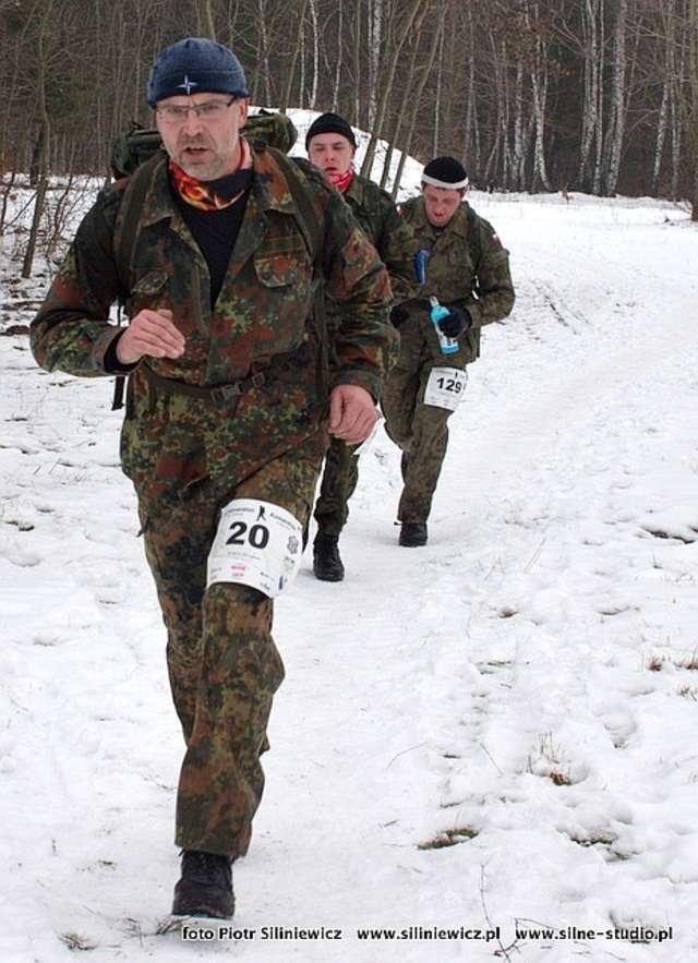 Z numerem 20 na trasie morderczego biegu Janusz Małecki - kliknij na foto, aby powiększyć - full image