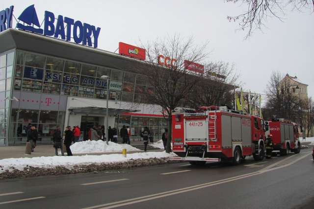 Strażacy sprawdzali informację o zagrożeniu, którą otrzymali z Galerii Batory - full image
