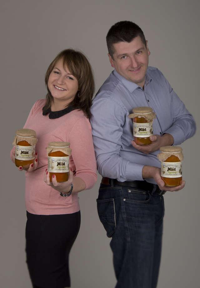 Agnieszka i Robert Pucerowie, właściciele gospodarstwa Bartniak Mazurski, zachwalają swoje miody, wpisane ostatnio na ministerialną listę tradycyjnych produktów regionalnych. - full image