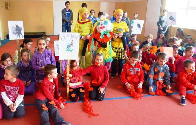 Dzieci z poszczególnych klas swoim strojem reprezentowały barwy wiosny - full image