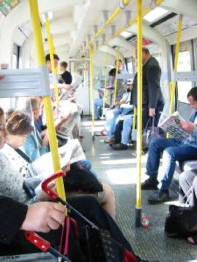 Uważaj na oszustów! Akcja informacyjna również w pociągach - full image