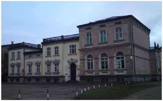 Pałacyk stoi przy ul. Zacisze, w pobliżu dużego skrzyżowania Robotnicza - Królewiecka - full image