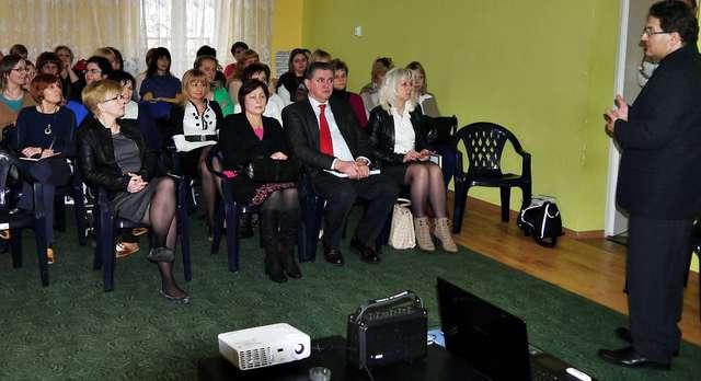 Spotkanie miało zainteresować dyrekcję płońskich przedszkoli i same przedszkolanki pomysłem na Przedszkole XXI wieku. W konferencji wziął również udział burmistrz Płońska Andrzej Pietrasik - kliknij na foto, aby powiększyć - full image