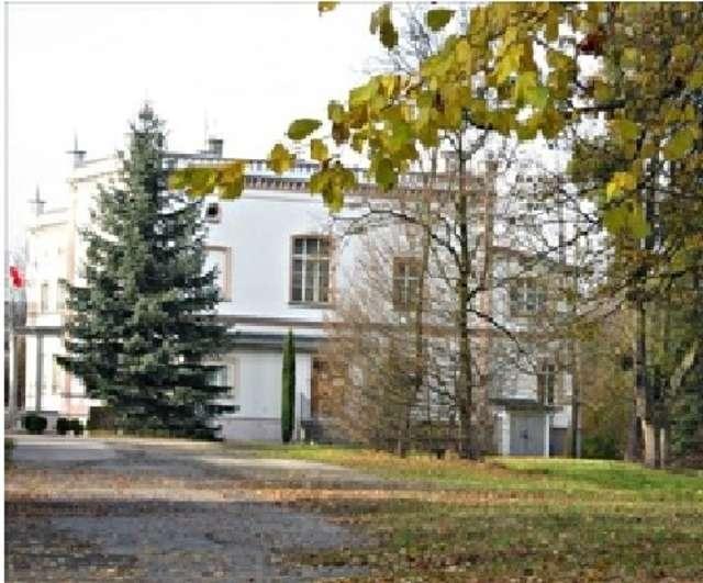 W pałacu mieści się obecnie siedziba Nadleśnictwa Elbląg - full image