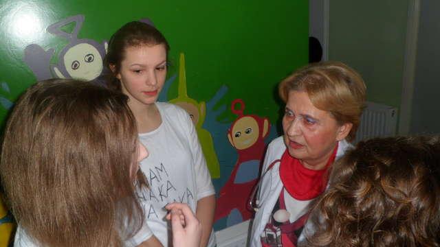 Licealiści pomagają. Pluszaki dla najmłodszych pacjentów szpitala - full image
