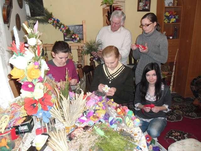 Wicie wielkanocnych palm. Na pierwszym planie od lewej: Marysia, Anna, Marta. W głębi Stanisław i Basia.   - full image