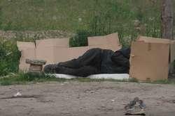 Wśród najczęstszych przyczyn swojej sytuacji życiowej bezdomni wymieniają: eksmisję, brak pracy i konflikty rodzinne