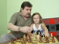 Lidia Czarnecka pod okiem trenera Mariusza Ściwiarskiego poświęca nauce gry w szachy sporo czasu