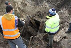 Od rana robotnicy zajmujący się przebudową elbląskiego odcinka drogi wojewódzkiej nr 505 znowu sąsiadują z archeologami