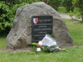 Dąb Katyński i pamiątkowa tablica