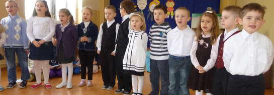 Maluchy zaprezentowały program artystyczny przygotowany pod kierunkiem swoich wychowawczyń Kingi Kazimierczuk i Małgorzaty Sośnickiej