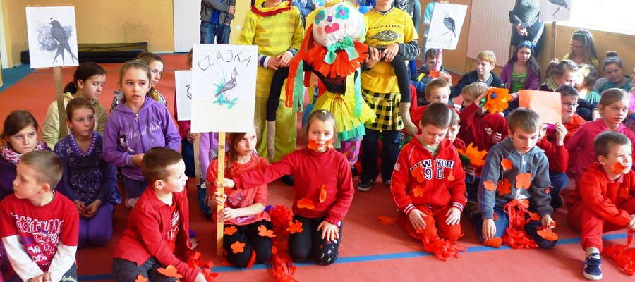 Dzieci z poszczególnych klas swoim strojem reprezentowały barwy wiosny
