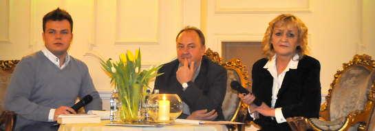 Janusz Leon Wiśniewski przepytywany przez dyrektor biblioteki Reginę Kwiatkowska i Kacpra Czerwińskiego
