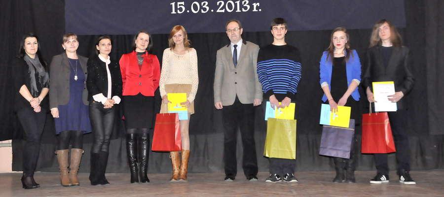 Laureaci ze szkół ponadgimnazjalnych otrzymali nagrody. Na zdjęciu (od lewej): Sylwia Lewandowska (jury), Małgorzata Kraśniewska (organizator), Kinga Rogowska (jury), Agnieszka Makuszewska – Orkwiszewska (jury), Wioletta Bucholska, starosta Janusz Welenc