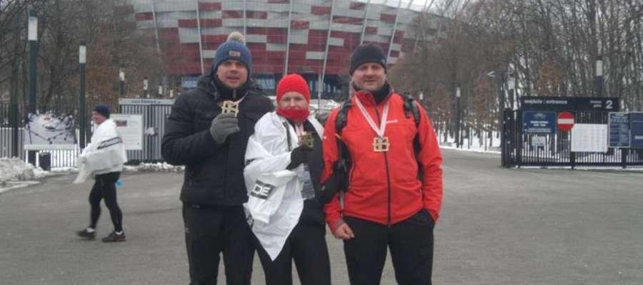Pamiątkowe zdjęcie startowe naszych półmaratończyków przed Stadionem Narodowym
