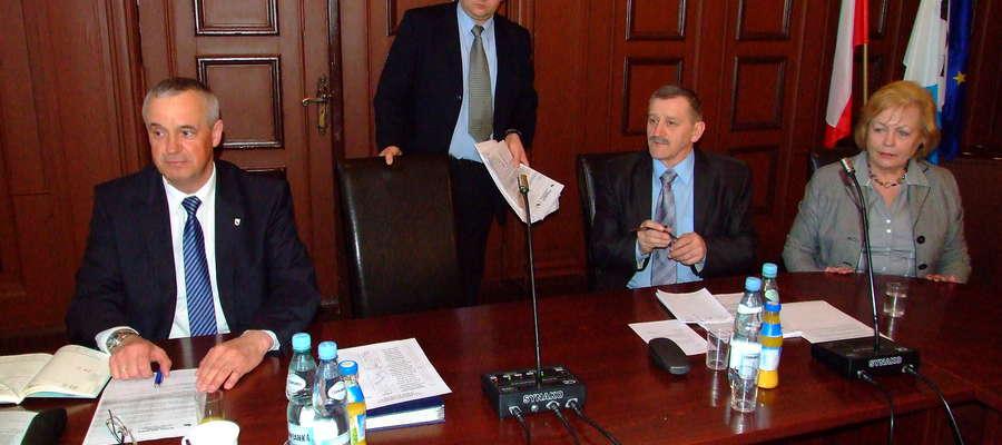 Waldemar Cybul (stoi) został przewodniczącym Rady Miejskiej w Mrągowie