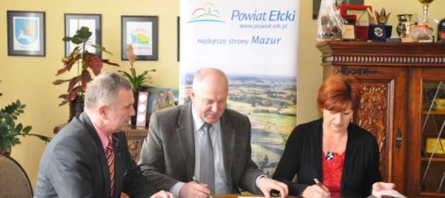 Marek Chojnowski (od lewej), wicestarosta powiatu ełckiego, Jan Wielgat, dyrektor Powiatowego Zarządu Dróg podpisali umowę z Henryką Balcerzak, prezes Przedsiębiorstwa Robót Drogowych