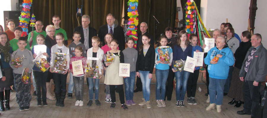Uczestnicy Wielkanocnego wernisażu razem z komisją konkursową