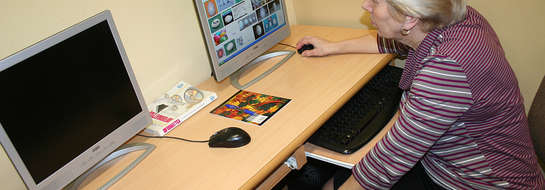 Seniorzy z Bisztynka mają możliwość nauczenia się jak korzystać z komputerów i Internetu.