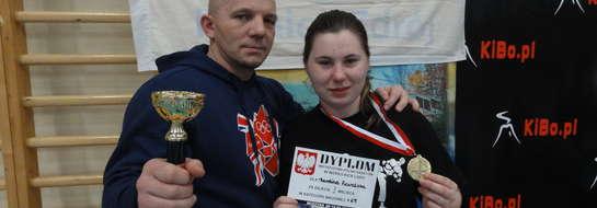 Karolina zdobyła złoto w jednej z formuł, w których wzięła udział. Tu z trenerem Leszkiem Jobsem