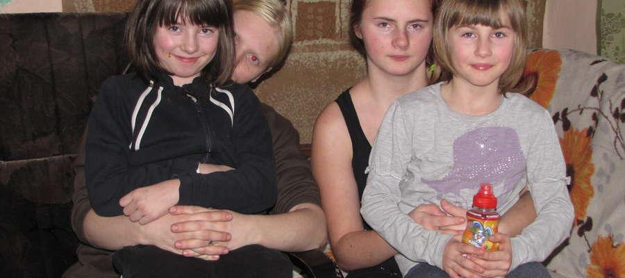 Iza (trzecia z lewej) oraz jej rodzeństwo nie chce trafić do Domu Dziecka