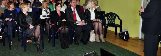 Spotkanie miało zainteresować dyrekcję płońskich przedszkoli i same przedszkolanki pomysłem na Przedszkole XXI wieku. W konferencji wziął również udział burmistrz Płońska Andrzej Pietrasik - kliknij na foto, aby powiększyć