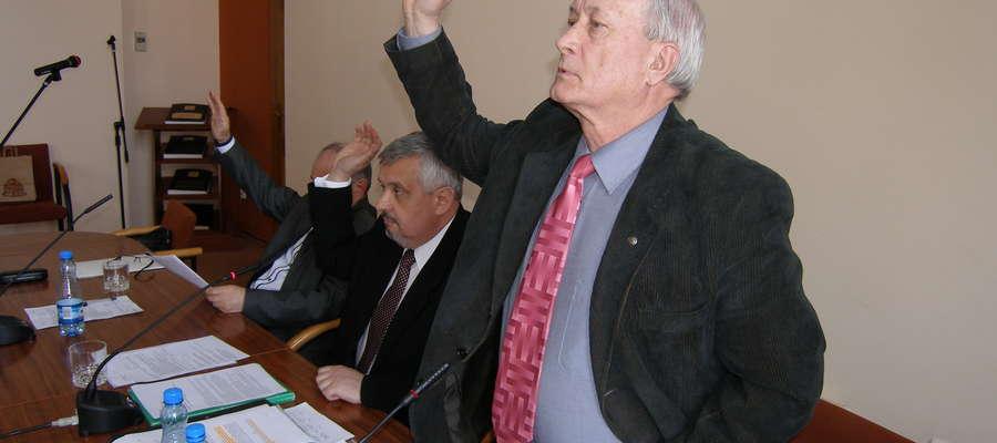 Głosowanie: przewodniczący rady Roman Groszkowski (w środku) oraz Andrzej Pankowski (z lewej, wiceprzewodniczący) i Edward Bojko (na pierwszym planie, wiceprzewodniczący) byli przeciwni uchwale zwołującej referendum