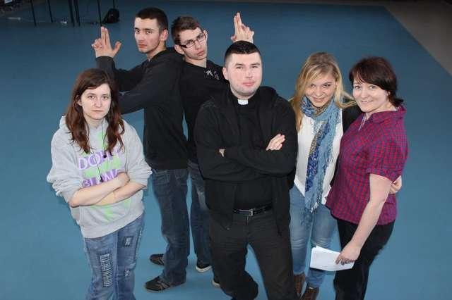 Ks. Radosław Czerwiński z młodzieżą w czasie próby przed happeningiem ewangelizacyjnym w Dobrym Mieście