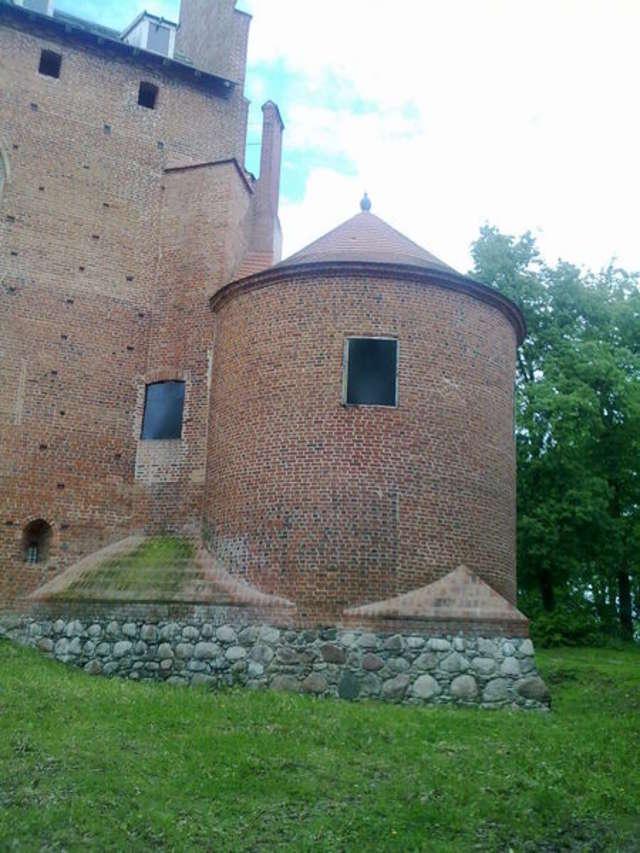 Baszta po stronie północnej ma średnicę ok. 10 metrów - full image