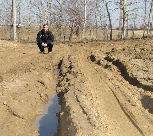 — Kilka razy wyciągałem ciągnikiem samochody, które ugrzęzły w błocie — mówi Tomasz Rymszewicz (na zdjęciu) - full image